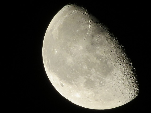moon-1358802_640